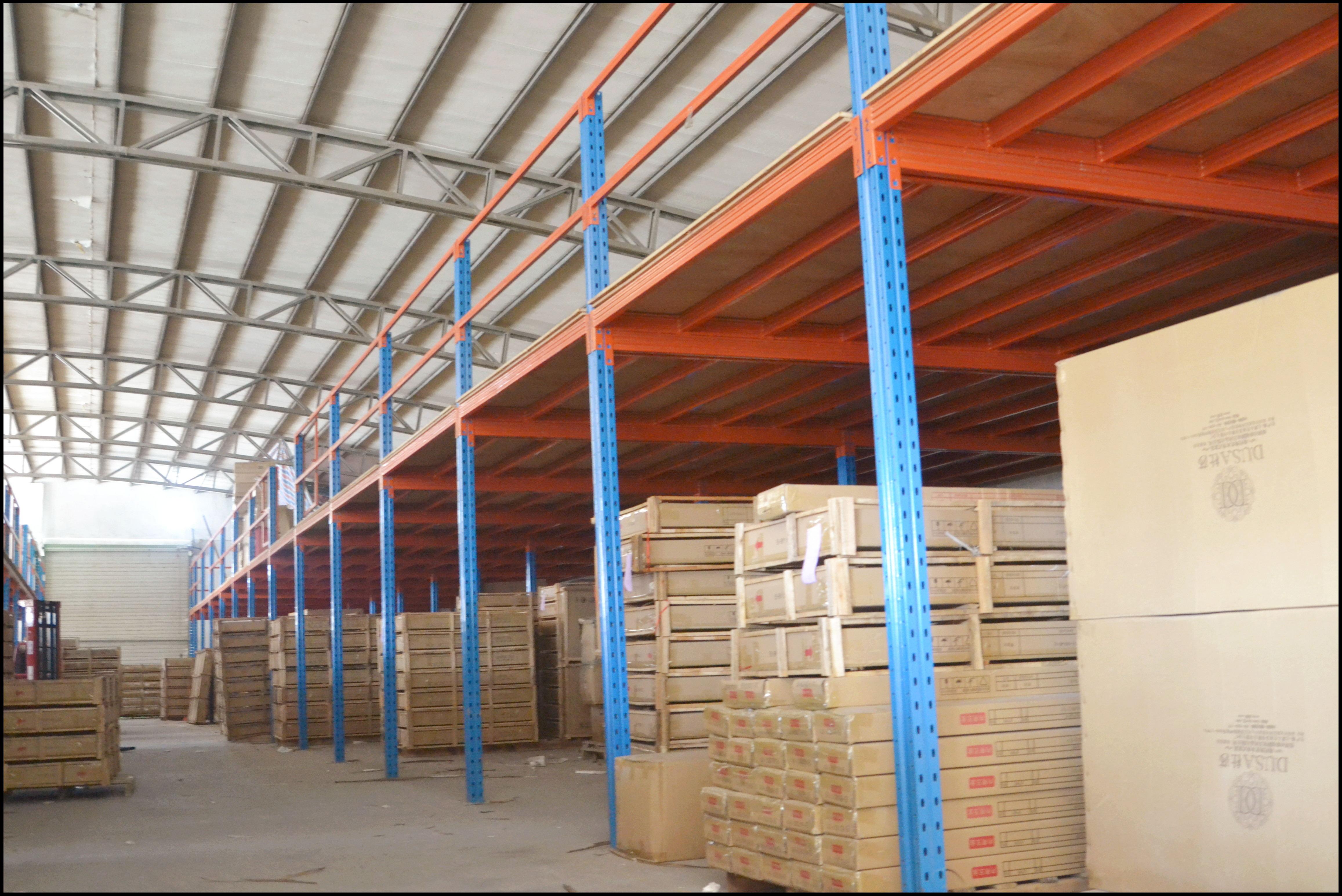 阁楼平台,专门为仓库提高存储效率的仓库货架.图片